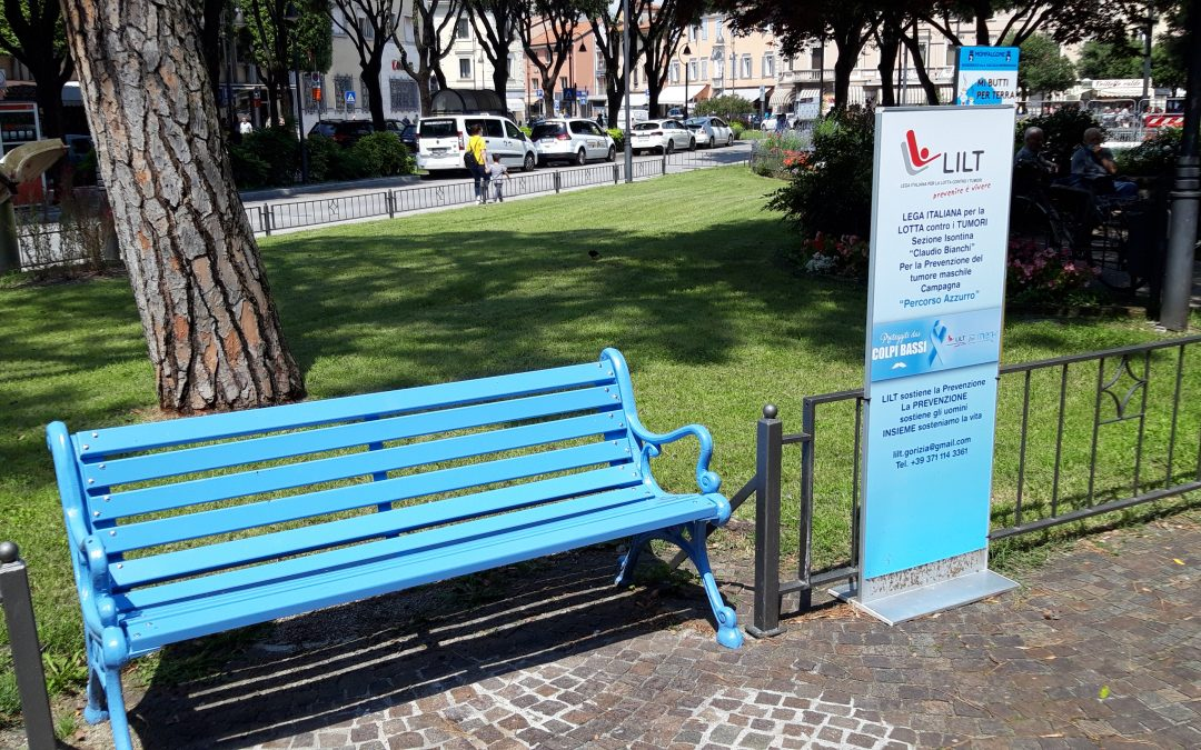 Una panchina azzurra per le vittime Covid-19